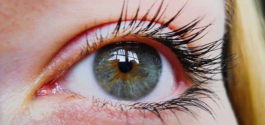Acercamiento del ojo de una mujer